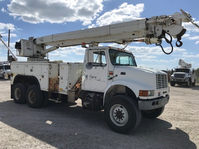STOCK # 70335  2000 INTERNATIONAL 4900 6X6 26,380LB DIGGER DERRICK